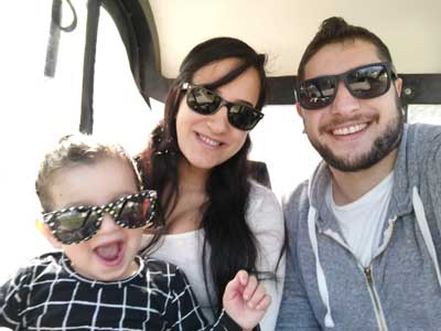 אלמוג קינן עם אישתו והילדה בתוך הקלנועית